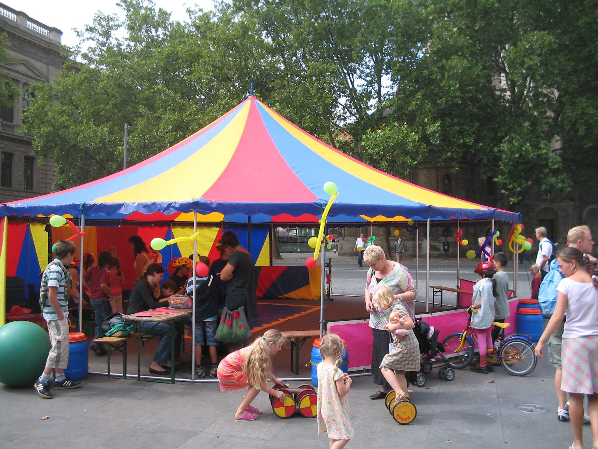 kinder spielen zirkus